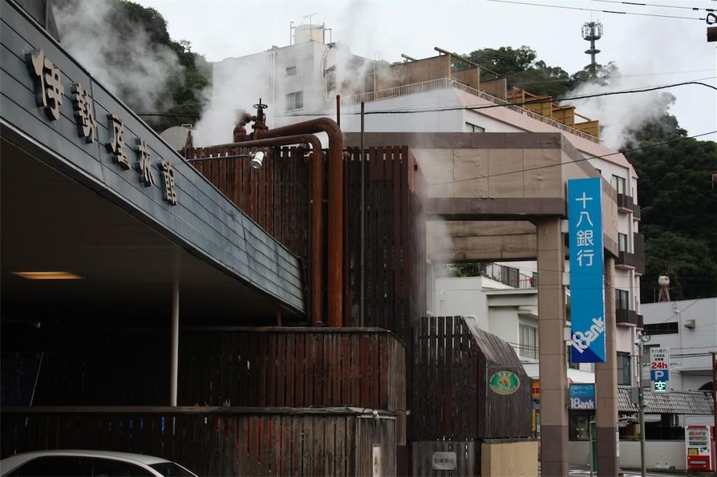 湯気が上がる小浜温泉の街角(写真:高橋真樹)
