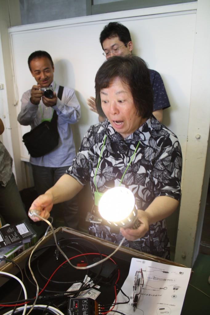 太陽光パネルワークショップでライトを点灯させる(写真:高橋真樹)