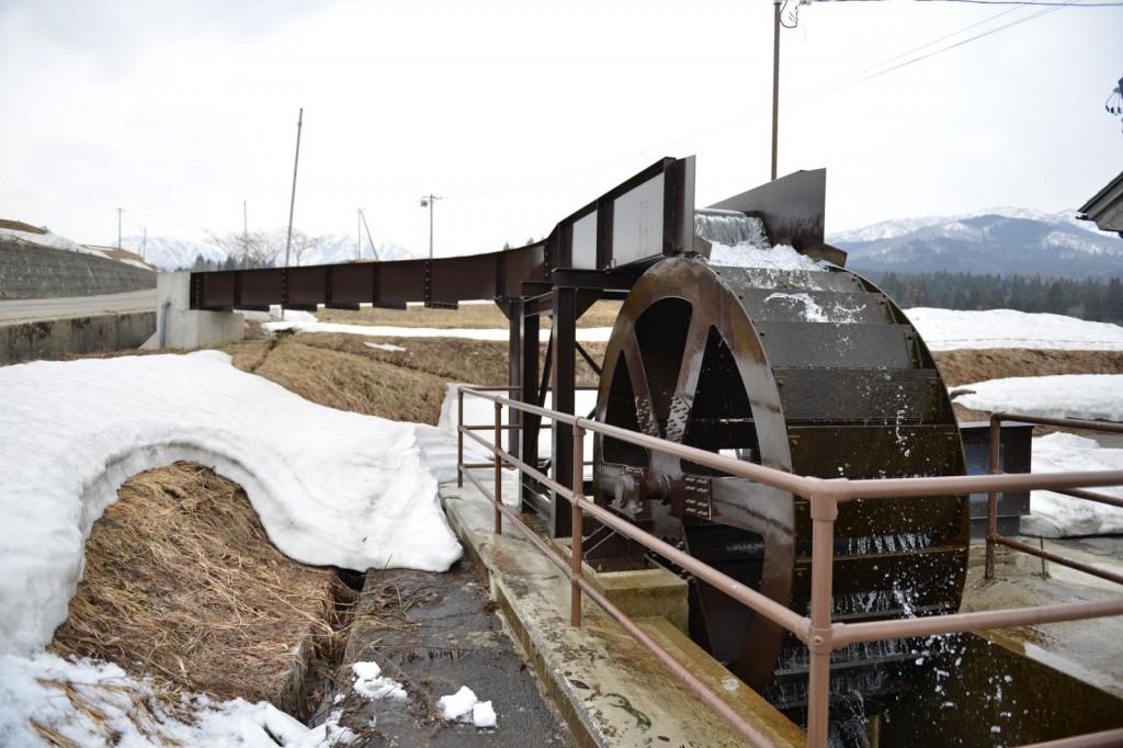 すぐ側の食品加工場に電力を供給する上掛け式水車(写真:高橋真樹)