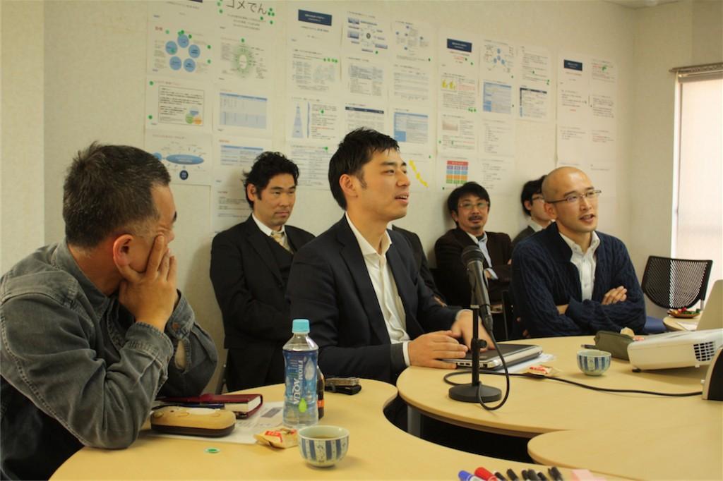 江戸川区での取り組みを検討中の小林さん(中央)(写真:高橋真樹)