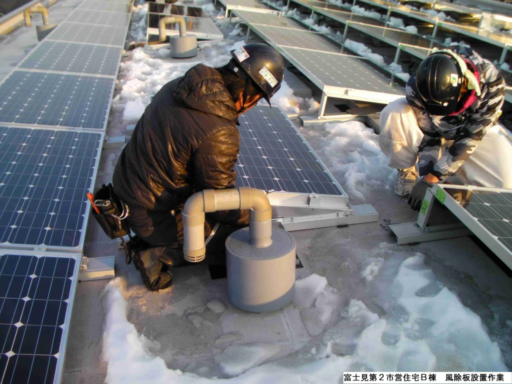 富士見市営住宅での風除板設置作業(写真:調布まちなか発電)