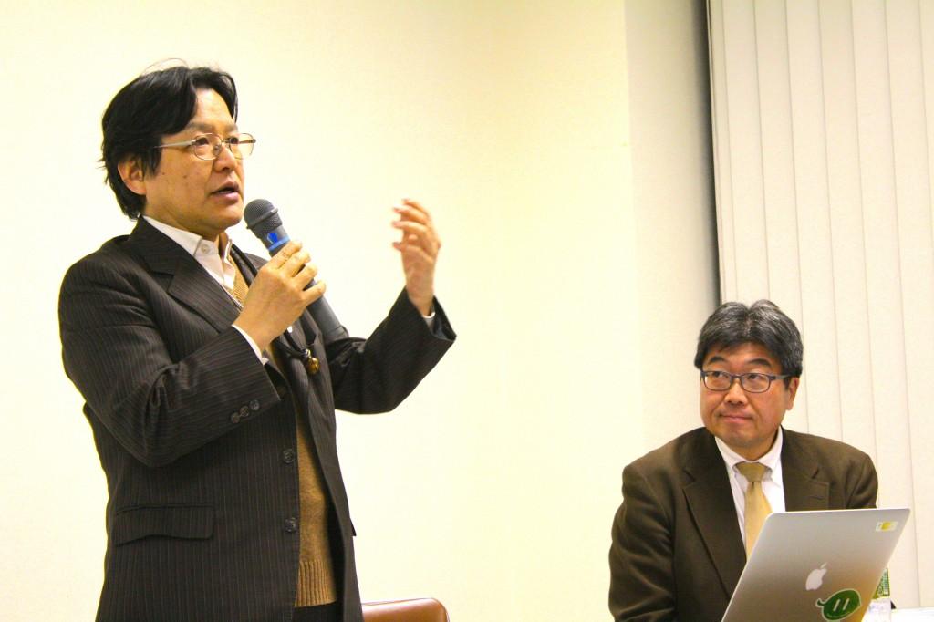 市民電力連絡会発足記念フォーラムで語る竹村英明さん(左)(写真:高橋真樹)