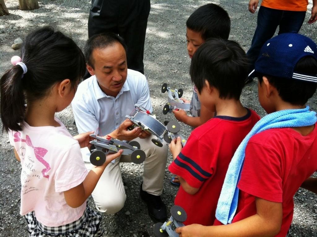 夏休みのワークショップで子供たちと触れ合う志澤氏