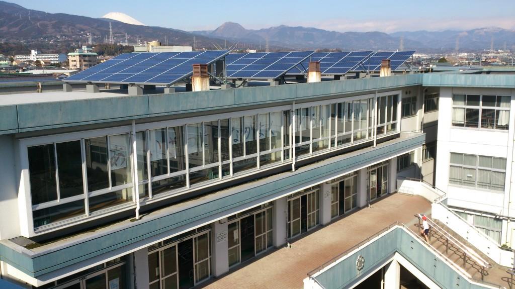屋上に太陽光パネルを設置した小田原市立富水小学校
