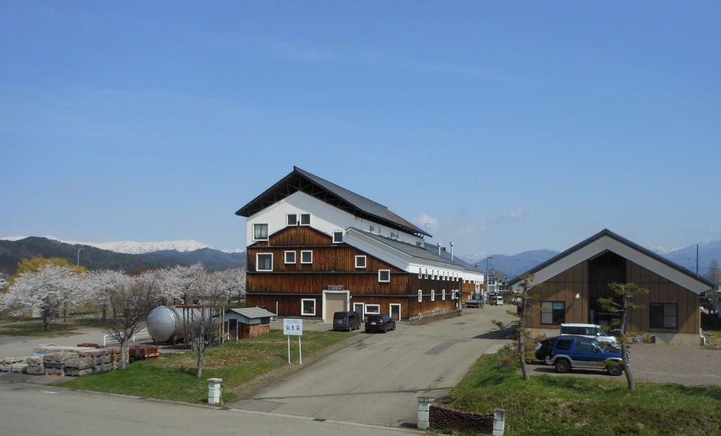 自らの酒蔵「飯豊蔵」の屋根にも太陽光パネルを設置