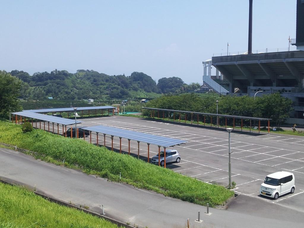 Jリーグ清水エスパルスの本拠地「IAIスタジアム日本平」の駐車場に設置された太陽光パネル