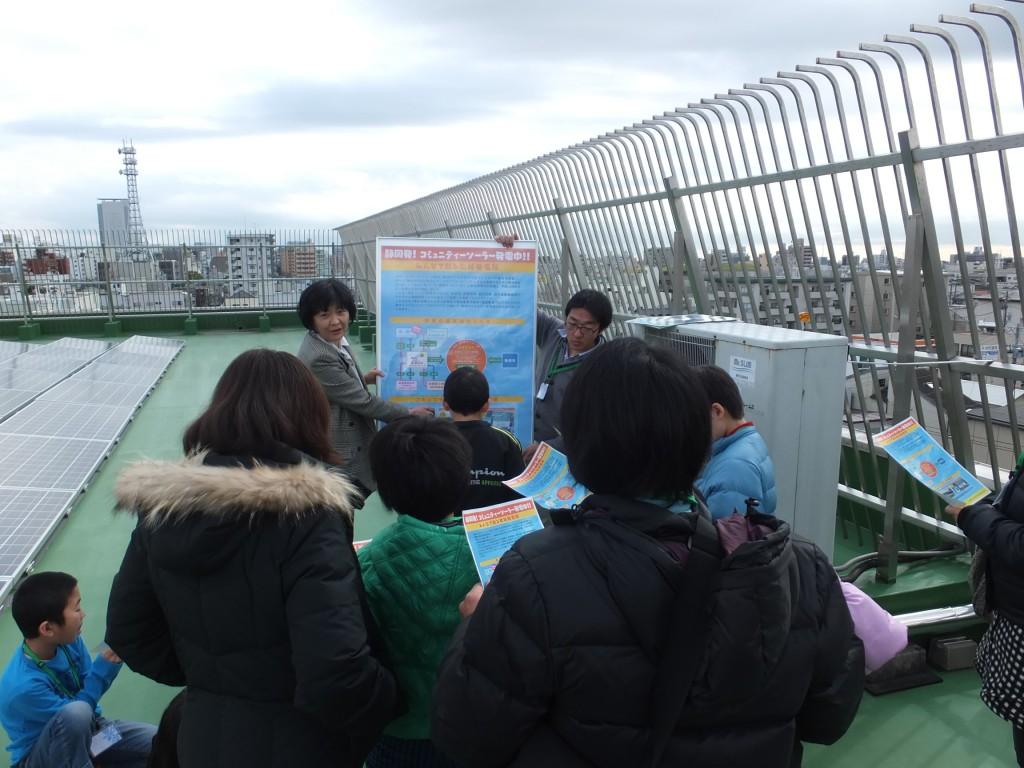 市民見学会でのひとこま。服部氏は「全国ご当地エネルギー協会」の東海地区幹事も務める。