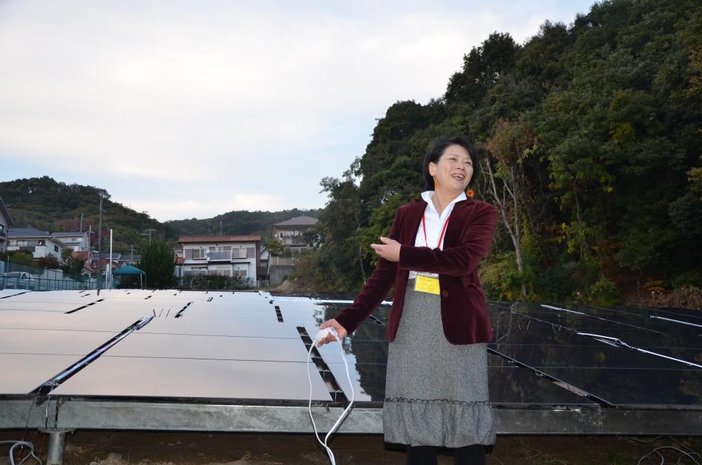 宝塚すみれ発電所第1号の点灯式にて。井上氏は「全国ご当地エネルギー協会」の近畿地区幹事も務める。