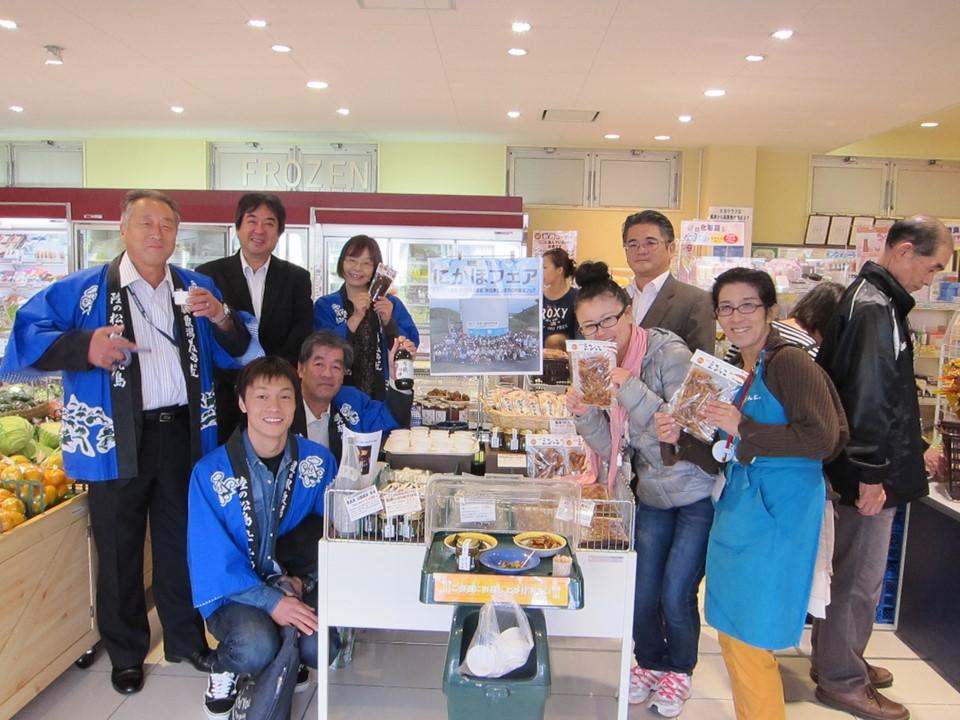 千葉デポーでの「にかほフェア」のひとこま。後左から2人目が半澤氏。半澤氏は「全国ご当地エネルギー協会」消費者幹事の一人でもある