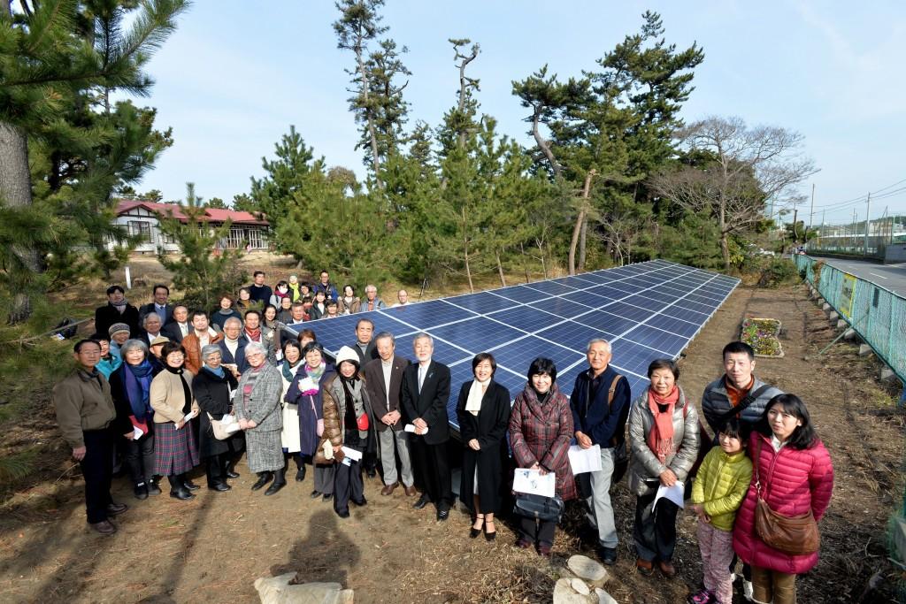 カトリック大磯教会の庭に開設した「みんなの発電所」 点灯式を祝って記念の一枚